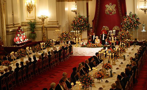ארוחה רשמית בארמון עם המלכה