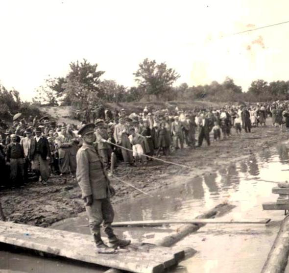יהודים ממתינים על שפת נהר הדנייסטר לפני גירושם לטרנסניסטריה, רומניה, צילום: יחסיציבור