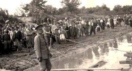 : יהודים ממתינים על שפת נהר הדנייסטר לפני גירושם לטרנסניסטריה רומניה, צילום: יחסיציבור