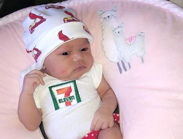 """ז'איים בראון, שכונתה """"ליידי לאקי"""". התינוקת שזכתה בשלל ההטבות מהרשת"""