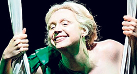 "גוונדלין כריסטי ב""חלום ליל קיץ"", צילום: the National Theatre"