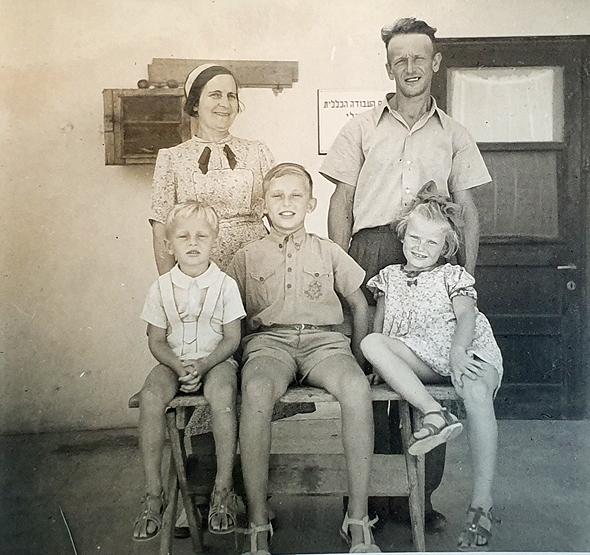 1939. אברהם ושושנה עברי עם ילדיהם מנשה (9), רחל (7) ודוד (5) במרפסת ביתם בגדרה, צילום: באדיבות המשפחה