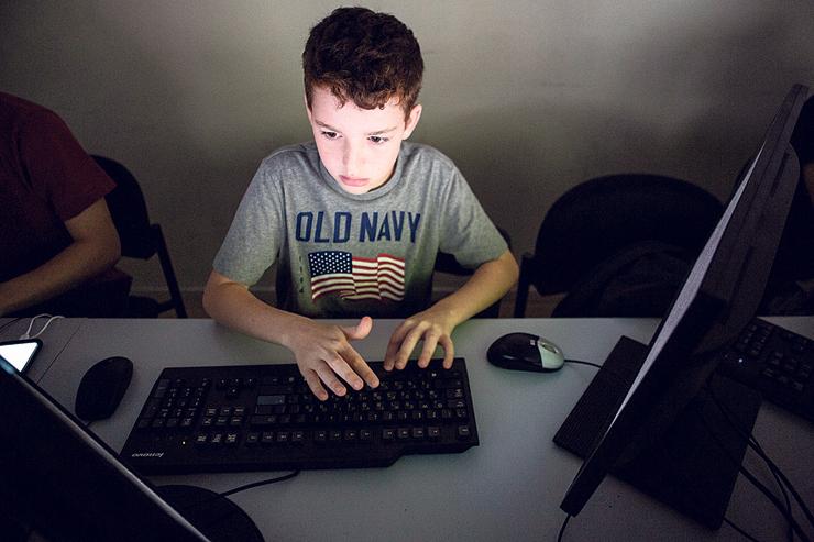 לוחמת סייבר   הררי: ילדים בני 11 ויותר לומדים איך מנטרלים מתקפות פישינג ורושעות ומתחקים, בין היתר, על האופן שבו גוגל סורקת תווי פנים, צילום: תומי הרפז