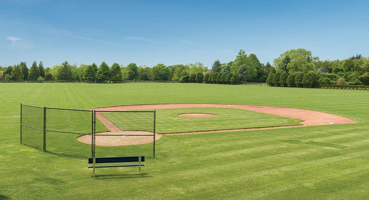 ויש גם מגרש בייסבול פרטי