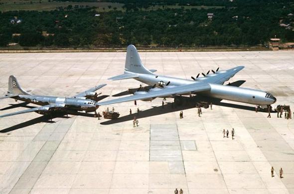 מימין: B36 ו-B29, המטוס שהפיל פצצות אטום על יפן והיה הגדול מסוגו כשהושק