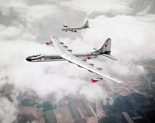 מטוס ה-NB36N ואחד ממטוסי הליווי שלו