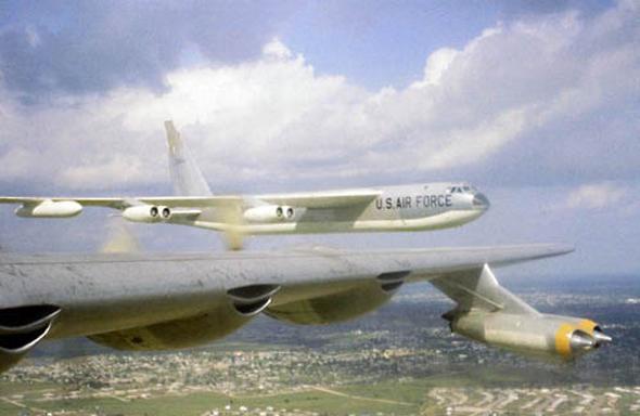 מטוס B52 מחלונו של B36