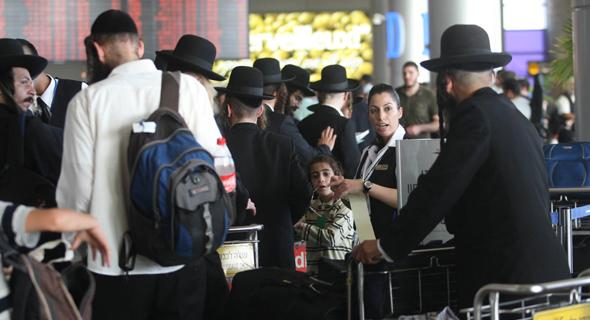 חרדים בנמל התעופה בן גוריון לקראת טיסה לאומן