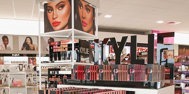 זקוקה למייקאובר: ירידה של 14% במכירות אימפריית הקוסמטיקה של קיילי ג'נר
