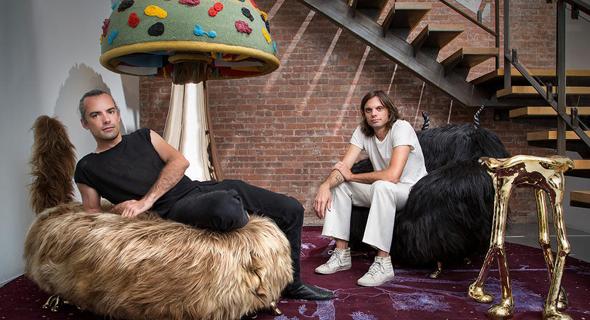 """ניקי וסיימון האאס לצד יצירות העיצוב שלהם. """"הדבר היחיד שאנחנו מנסים לעורר הוא צחוק"""", צילום: joe kramm"""