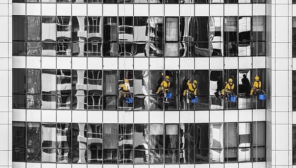 ניקוי חלונות, צילום: Aleksandar Pasaric pexels