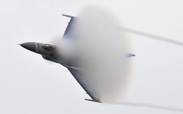 בדרך לבום. מטוס F16 בתרגיל של חיל האוויר האמריקאי
