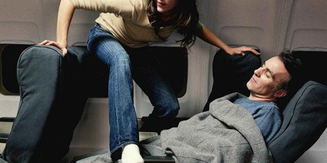 להעיר או לדלג מעל: איך לצאת ממושב החלון באמצע טיסה?