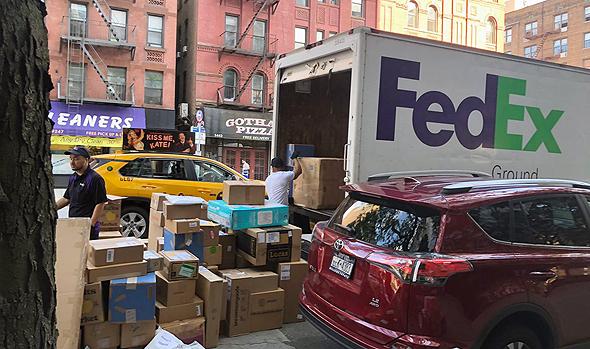 משאית פדקס פורקת חבילות בניו יורק. המעבר למסחר המקוון פגע אנושות ברשתות הקמעוניות