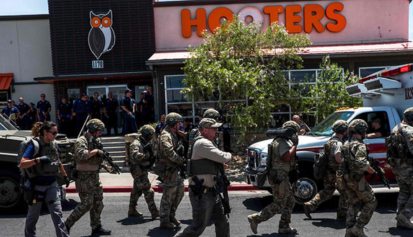 חיילים מחוץ לקניון