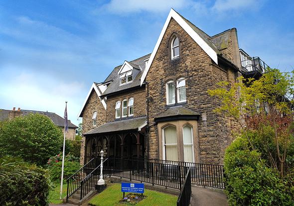 """בית דיור מוגן בשכונה יוקרתית בעיר לידס. """"פנסיונר בריטי מוכן לשלם 900 פאונד בשבוע"""""""