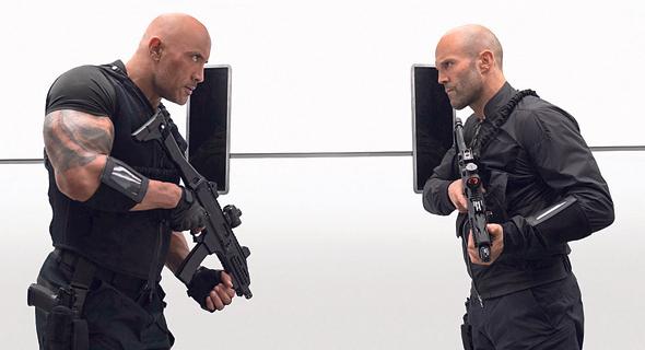 "ג'ייסון סטיית'ם (מימין) ודוויין ג'ונסון בסרט ""הובס ושואו"". מפגש פסגה מאכזב"
