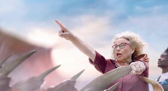 חוה אלברשטיין בפרסומת המשתמשת בטקסט של לוין. הכסף יופנה לבניית אתר האינטרנט לזכרו, צילום: YES