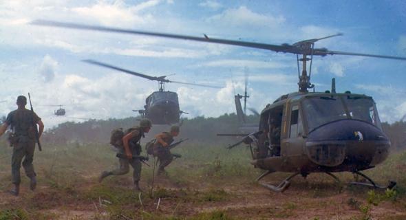 חיילים אמריקאים רצים למסוקי UH1 במלחמת וייטנאפ