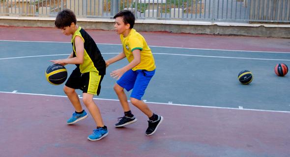 ילדים משחקים כדורסל, צילום: שאטרסטוק