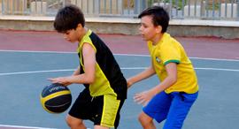 פנאי ילדים משחקים כדורסל , צילום: שאטרסטוק