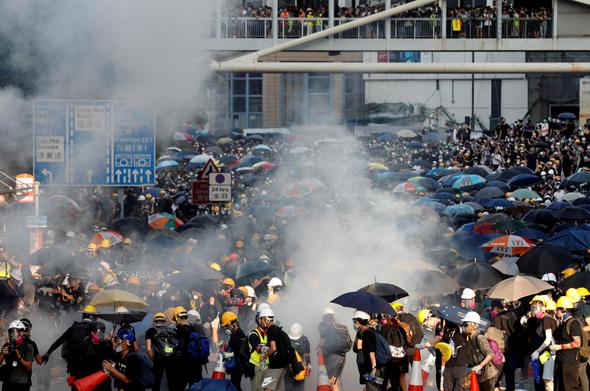 מפגינים מחוץ לבניין הממשל המרכזי בהונג קונג, צילום: רויטרס
