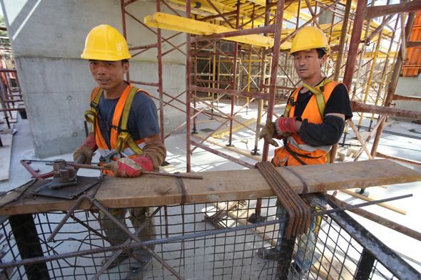 עובדי בניין סינים, צילום: שאול גולן