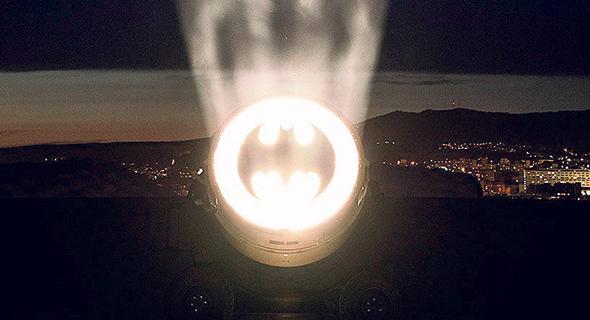 הלוגו של באטמן בשמי מרסיי, צילום: Stéphane Aboudaram