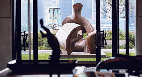 פסל של הנרי מור במלון רוזווד