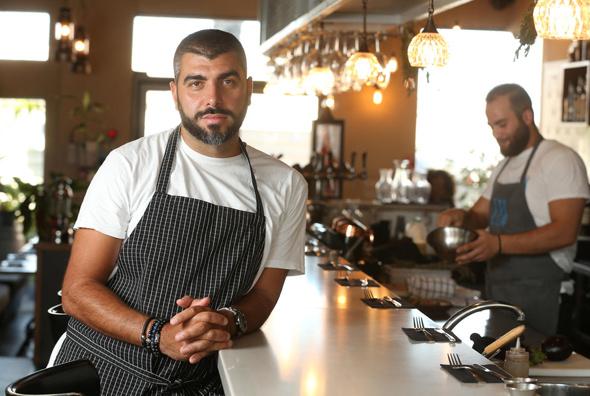 """השף עלאא מוסא במסעדת """"לוקס"""" בחיפה. """"מגיע לי לבשל לראש הממשלה ולראשי מדינות שהוא מארח"""""""