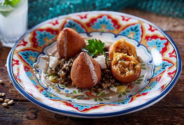 קובה פירות ים על עדשים שחורות, צילום: אפיק גבאי