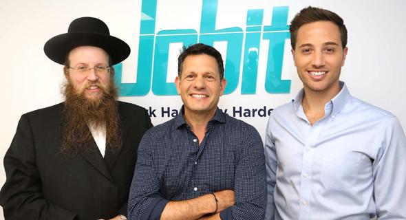 מימין: תומר כהן, יואב בן יקר, הרב פיני גרוס