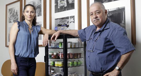 """מימין: המדען הראשי בתנובה זאב פייקובסקי ומנהל החדשנות נגה סלע שלו. """"המטרה בחממה היא לחשוב מחדש על תעשיית המזון"""""""