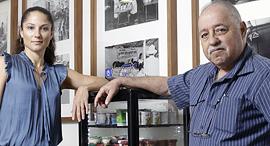 מימין זאב פייקובסקי המדען הראשי ב תנובה ומנהלת החדשנות נגה סלע שלו, צילום: עמית שעל