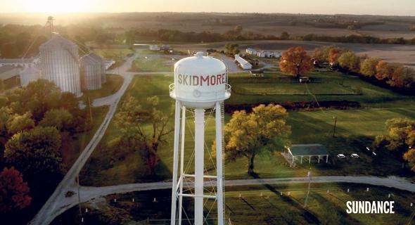 """העיירה סקידמור מתוך """"איש לא ראה דבר"""". """"השאלה שמניעה את הסדרה היא למה יש שם כל כך הרבה אלימות"""""""