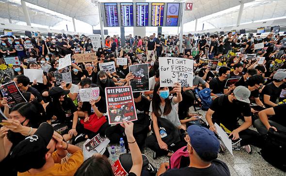 המפגינים בנמל התעופה