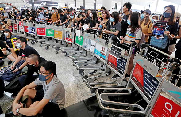 מפגינים בנמל התעופה של הונג קונג, היום, צילום: רויטרס
