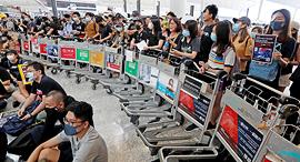מפגינים בנמל התעופה בהונג קונג, צילום: רויטרס