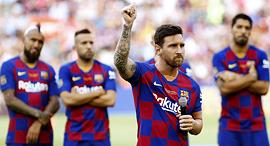 ליאו מסי ושחקני ברצלונה מאחורי, צילום: אי פי איי