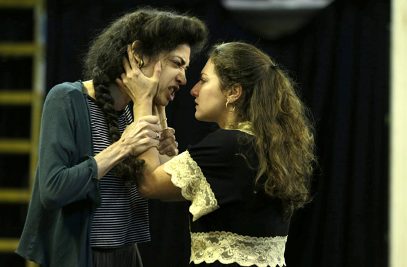 ההצגה אנטיגונה תיאטרון החאן: אור לומברוזו בתפקיד אנטיגונה (משמאל) עם סוזנה פפיאן, צילום: עמית שעל