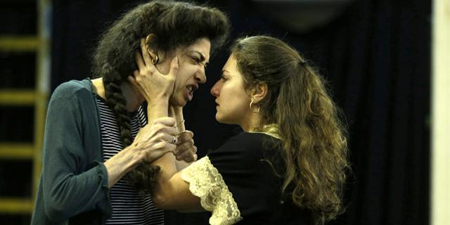 בהצגה חדשה לפי סופוקלס: אנטיגונה היא נערת גבעות
