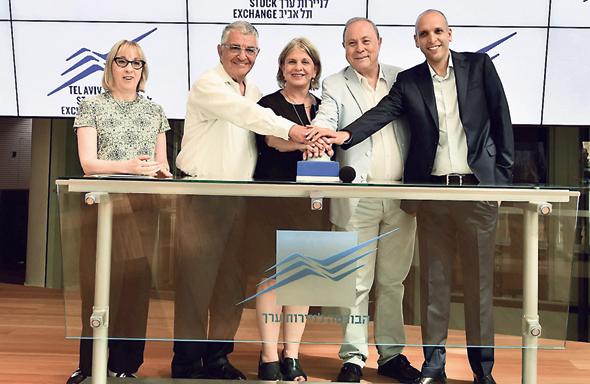 צבי מרום (שני מימין) פותח את המסחר בתל אביב ב־15 ביולי, צילום: עומר מסינגר