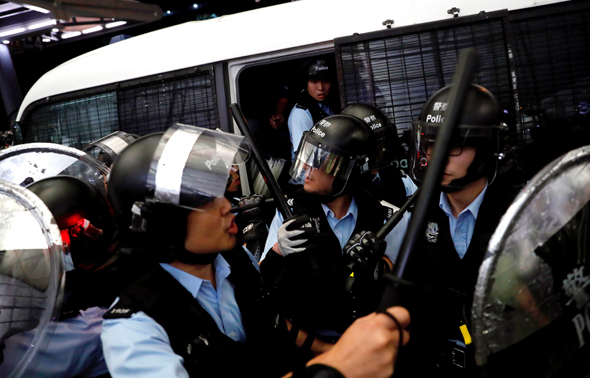 שוטרים מתעמתים עם מפגינים בשדה התעופה בהונג קונג
