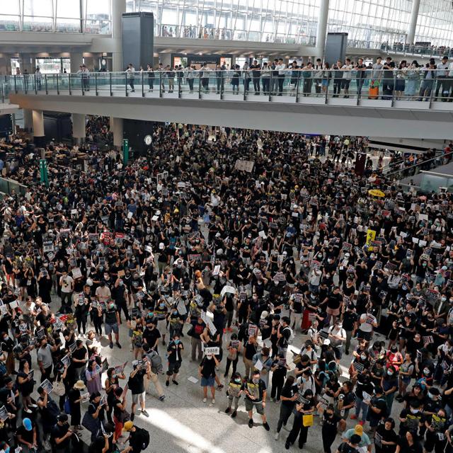 מוסף שבועי 8 .15.19 הונג קונג המוחים עומדים ב נמל התעופה, צילום: רויטרס