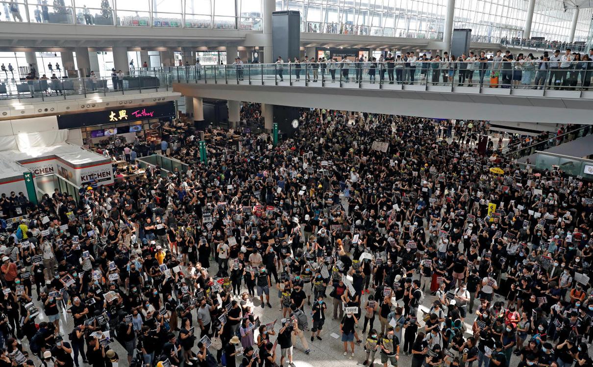 המוחים עומדים בנמל התעופה ומשתקים אותו למשך שעות , צילום: רויטרס