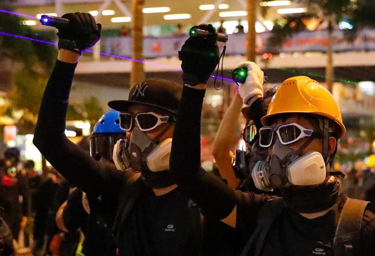 מפגינים מפעילים צייני לייזר נגד מצלמות השוטרים, עוטים מסכות נגד גז מדמיע. אופי ההפגנות, המיקומים שלהן ודרכי התקשורת בין הפעילים משתנים בלי הפסק, ומגבירים את הכאוס ואת הקושי של המשטרה להיאבק במחאה