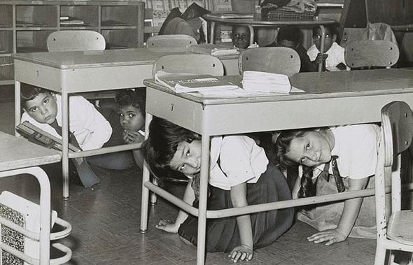 ילדים מסתתרים תחת שולחנות, במסגרת תרגיל כוננות בית ספרי