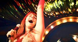 """השחקנית ג'סי באקלי ב""""השיר של רוז"""". סוחבת את הסרט על כתפיה ומיתרי קולה, צילום: לב, NETFLIX"""