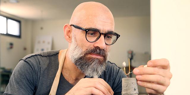 """המעצב רמי טריף משיק סדרה של סיכות דש בשם """"שורשים של זהב"""""""