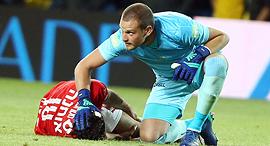 שחקן כדורגל הפועל באר שבע מיכאל אוחנה נפצע במהלך משחק, צילום: ראובן שוורץ
